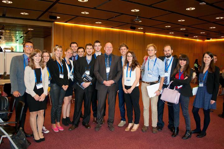 Účastníci letnej školy, ročníka 2014, s európskym astronatuom André Kuipersom