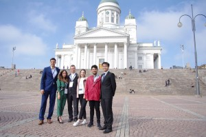 Peter Béreš (tretí zľava) s tímom oceneným za najlepší celkový projekt pred katedrálou v Helsinkách